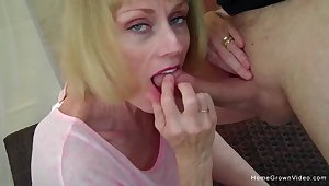 Cock hungry young gentleman blows her cadger and eats every unrestraint of his jizz